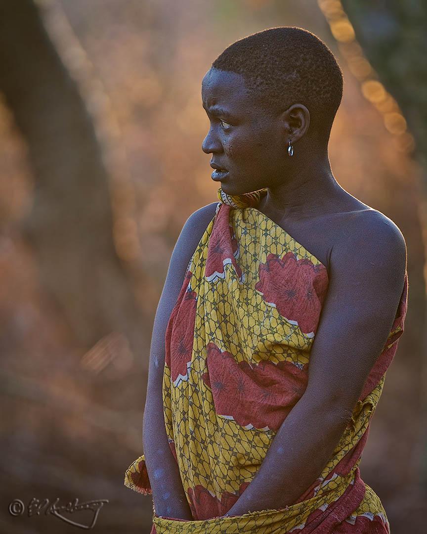 Hadzabi_woman_at_daybreak